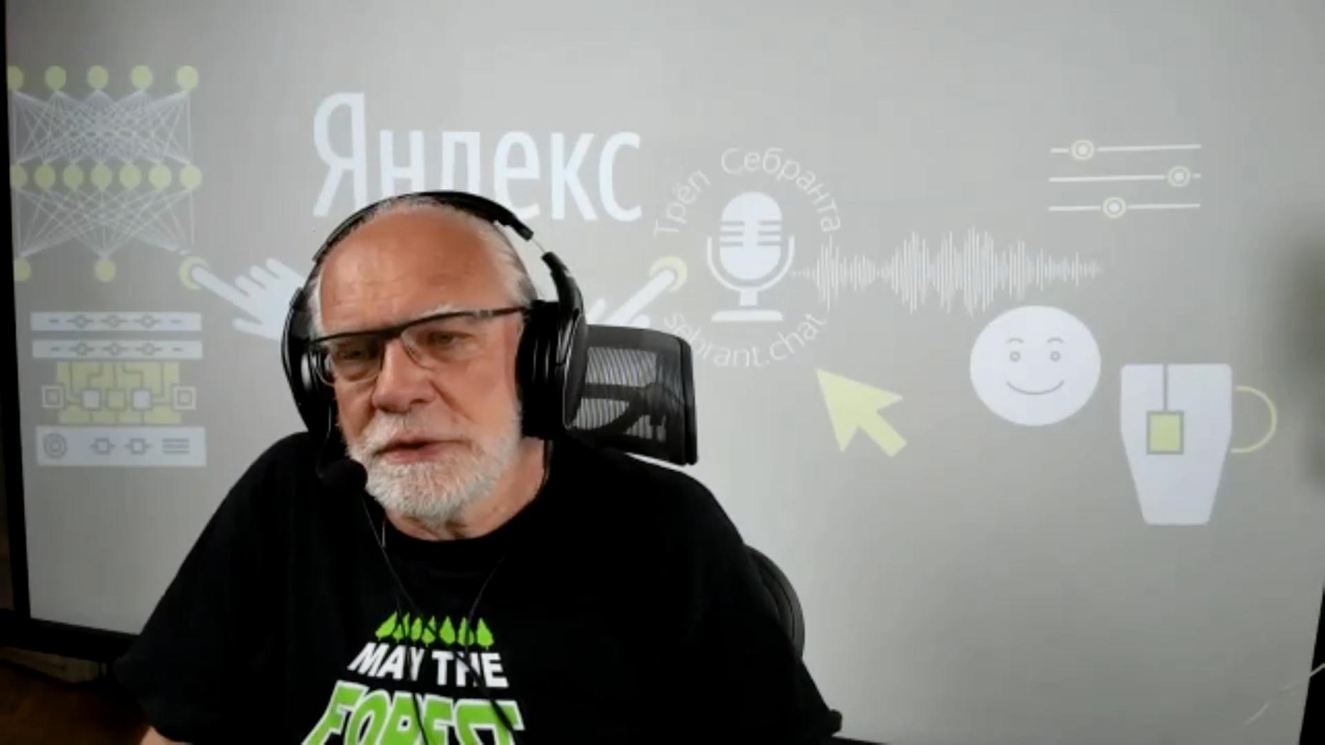 Герой интервью слушает интервьюера в наушниках, а свой голос пишет на отдельное устройство